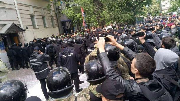 Поліція затримує людей з офісу