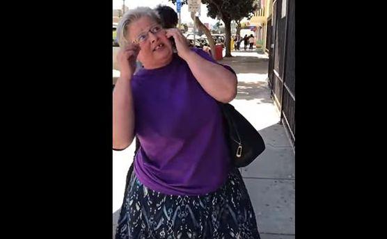 В США женщина требует снять со здания