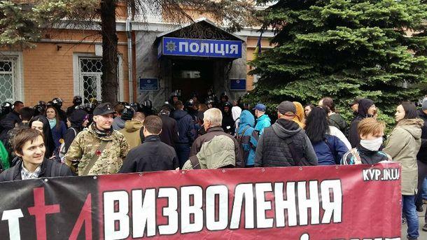 Активисты батальона ОУН пикетируют райотдел в Киеве