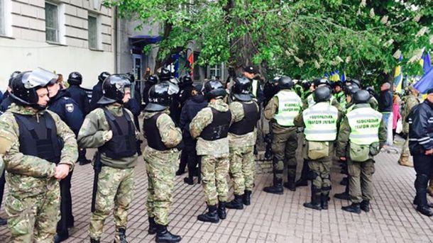 Представители Нацполиции и Нацгвардии возле штаба ОУН в Киеве