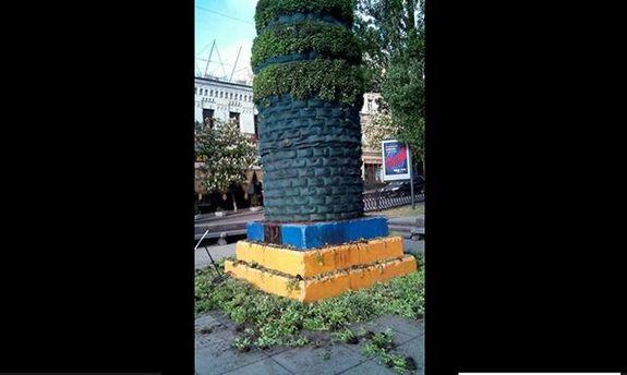 В Киеве уничтожено озеленение на постаменте, где раньше был памятник Ленину