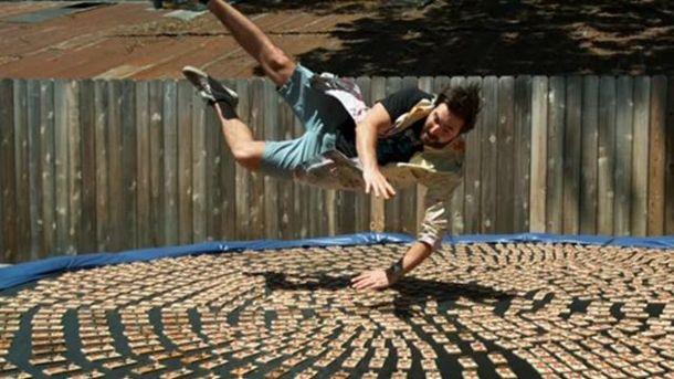 Блогер Даниэль Грачи прыгает на батут с мышеловками