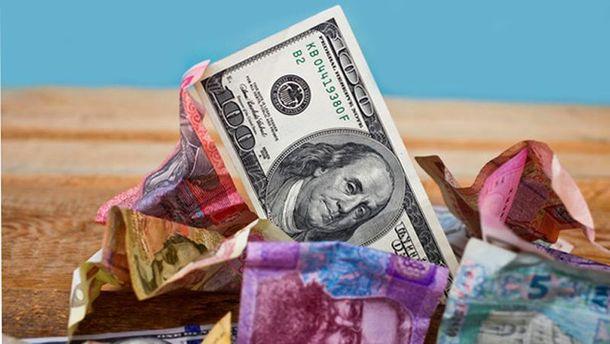 Долар укотре притиснув гривню