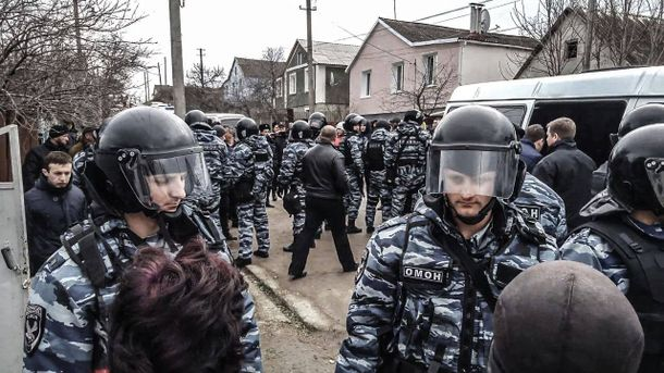 Силовики обыскивают дома крымских татар на оккупированном полуострове