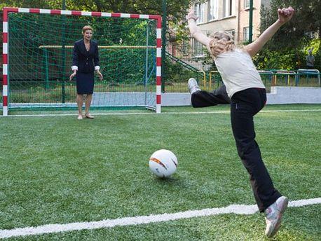 ЯкМарина Порошенко наканалі Ахметова впатріотичній футболці займається гімнастикою