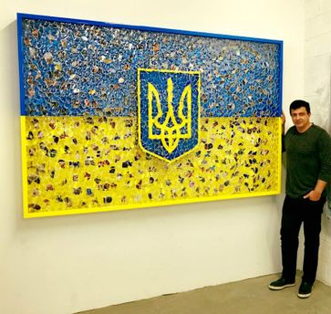Американский художник изобразил украинский флаг через оригинальную инсталляцию