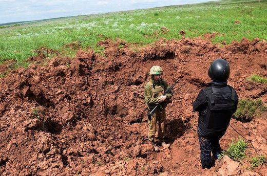 Новые боеприпасы боевиков оставили воронку глубиной в 5 метров