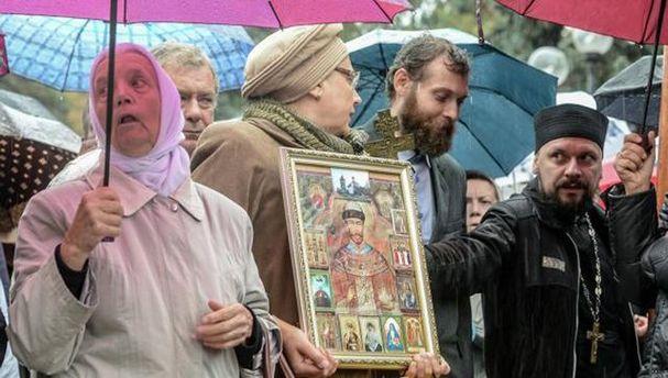 Священники УПЦ МП устроили массовый митинг под стенами Верховной Рады