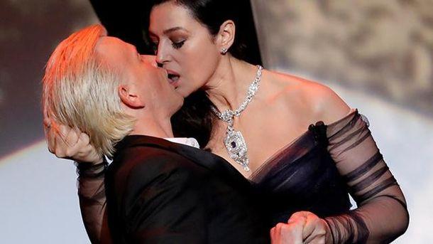 Моніка Белуччі зацілувала чоловіка
