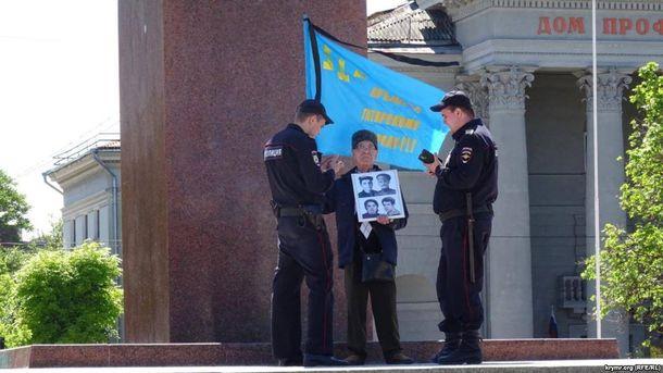 18 мая 2017 года. Симферополь. Полиция задерживает Сервера Караметова, вышедшего  почтить память жертв депортации
