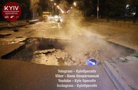 У Києві утворилася велетенська яма в асфальті