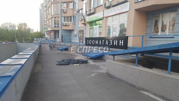 У Києві з багатоповерхівки викинувся військовий