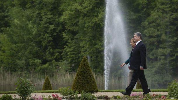 Порошенко з Меркель неспішно прогулялись у заміській урядовій резиденції