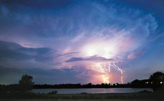 Молния на озере (иллюстрация)
