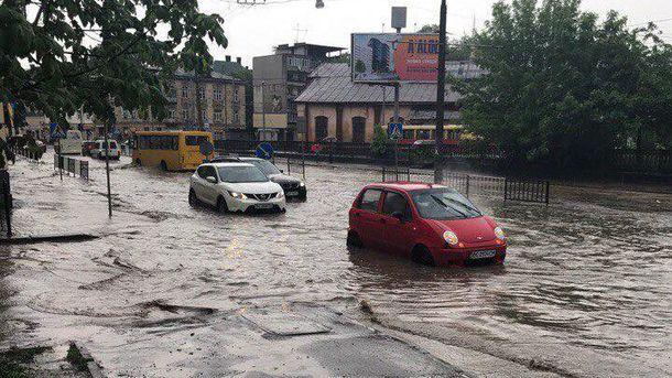 Через сильну зливу уЛьвові рятувальники працюють упосиленому режимі