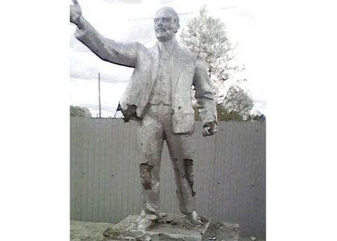 Памятник Ленину атаковали российские школьники