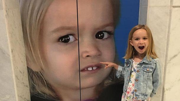 Хлоя і її зображення на дверях ліфта в Google