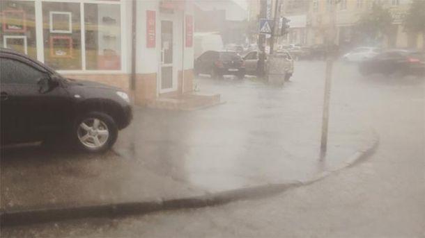 Мощный ливень обрушился на Киев