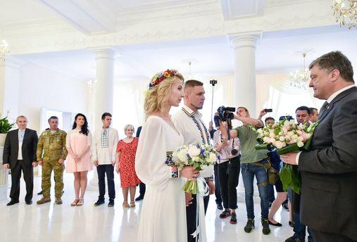 Петро Порошенко зробив молодятам сюрприз
