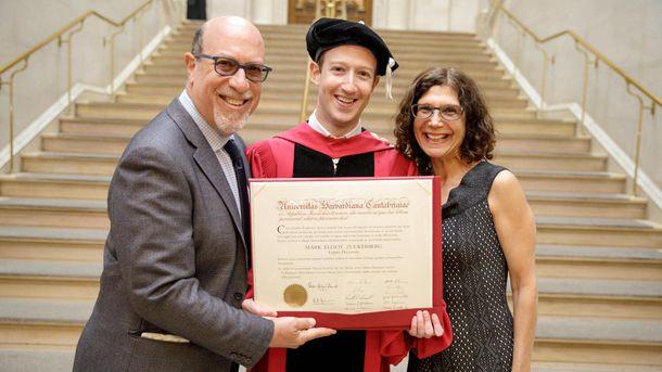 Марк Цукерберг з батьками та дипломом Гарварду