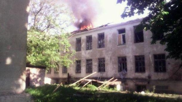 В результате обстрела в Красногоровке загорелась школа