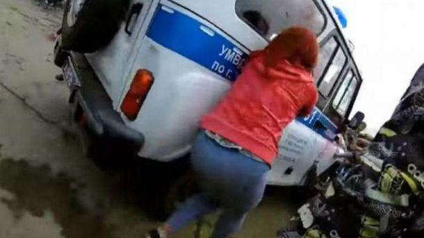 В России школьники атаковали машину полиции