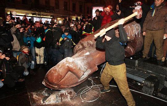 Над головою з пам'ятника Леніну в Києві попрацювали митці