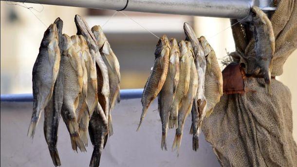 В Киеве из-за ботулизма запретили продажу копченой и вяленой рыбы