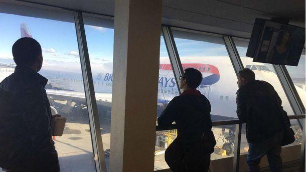 Люди очікують на авіарейс