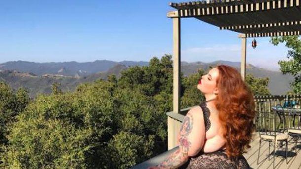 Тесс Холлідей  опублікувала фото в мереживній білизні на фоні гір
