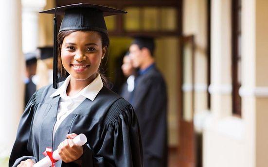 В університеті Бельгії студенток попросили одягнути на випускний глибокі декольте