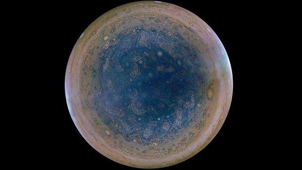 Пролет над гигантскими ураганами Юпитера показали навидео