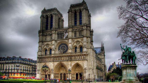 Нападение произошло перед Нотр-Дамом в Париже