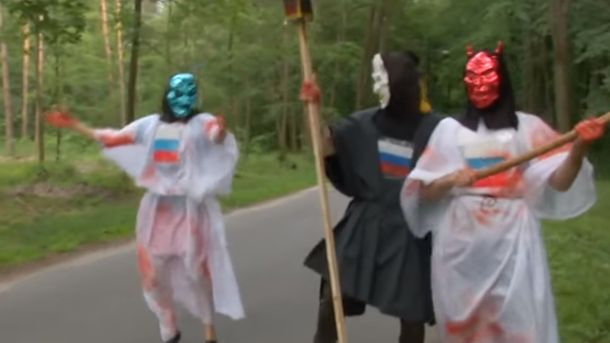 Активісти у костюмах чортів