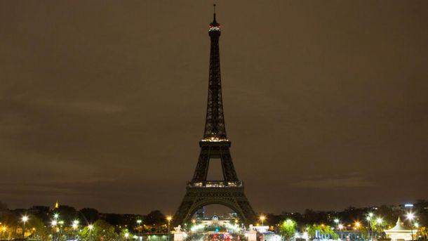 Эйфелева башня погасила огни