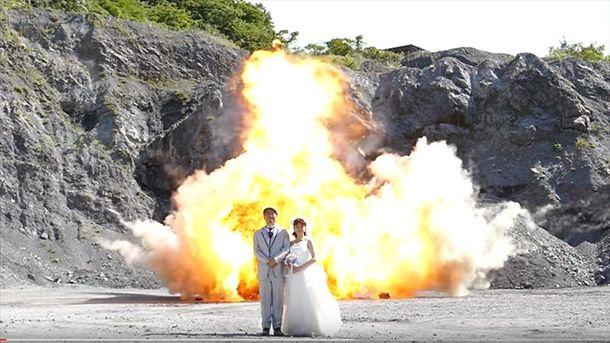 Молодожены из Японии устроили свадебную фотосессию на фоне взрывов