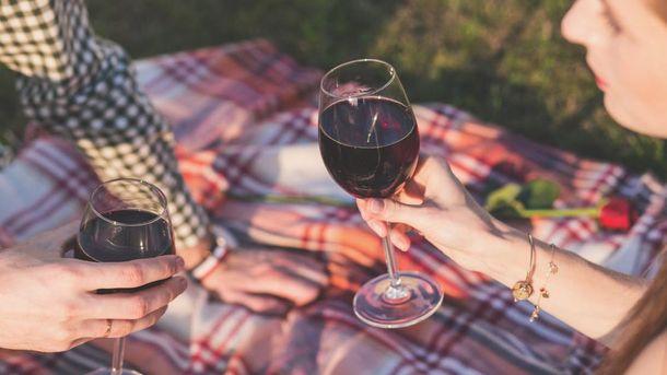 Люди п'ють більше алкоголю через великі келихи