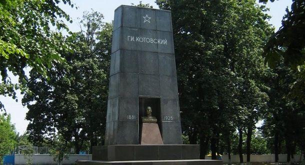 НаОдещині демонтували пам'ятник Котовському, чиє тіло досить лежить умавзолеї