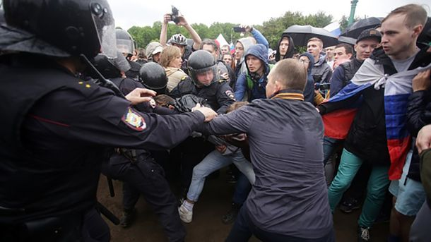 ЕСпризвал Кремль немедленно освободить задержанных наакциях протеста