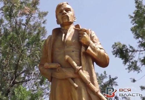 Пам'ятник Леніну переробили на інші скульптури на Запоріжжі