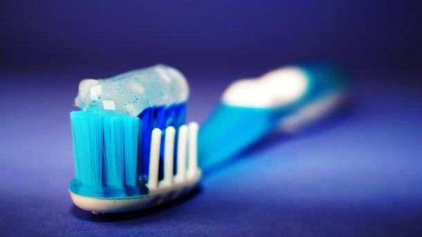Частая чистка зубов может повредить эмаль и десны