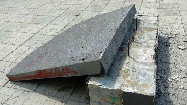 Разрушенный памятник погибшим участникам АТО в Попасной