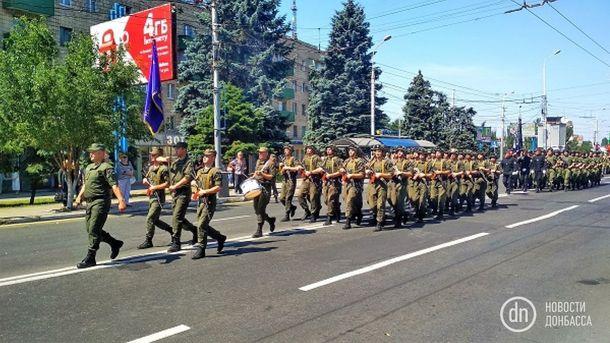 Річниця визволення Маріуполя від бойовиків: опубліковані яскраві фото і відео військового параду