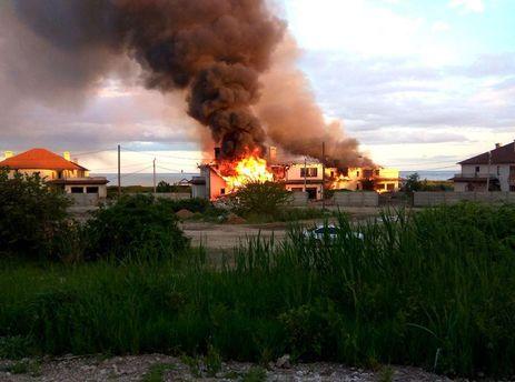 В результате обстрела загорелся дом