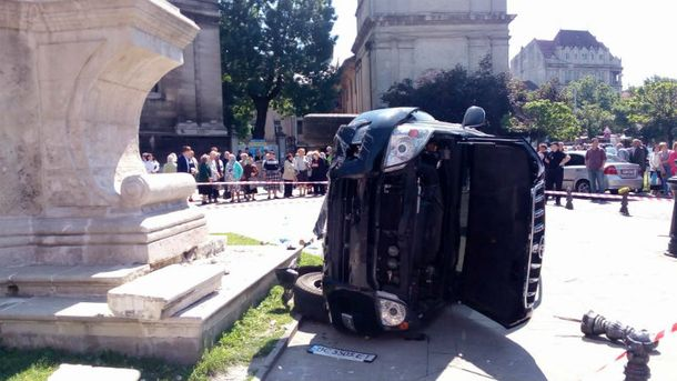 Вцентре Львова Land Cruiser въехал втолпу людей: есть погибшие