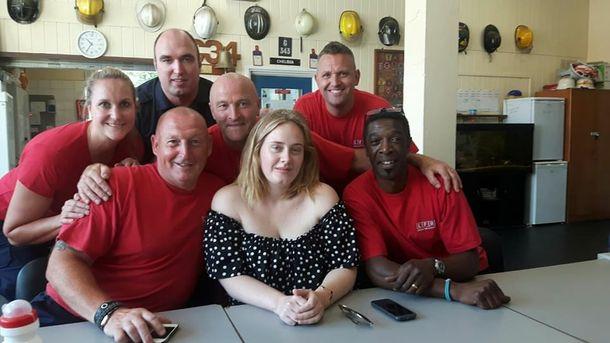 Адель навестила пожарных, которые спасали многоэтажку в Лондоне