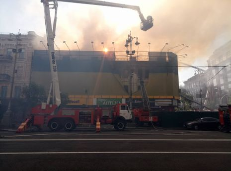 Масштабный пожар на Крещатике в Киеве сняли с дрона: видео