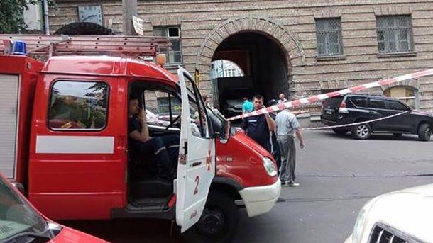 На місці вибуху в центрі Києва працюють патрульні, рятувальники та слідчі