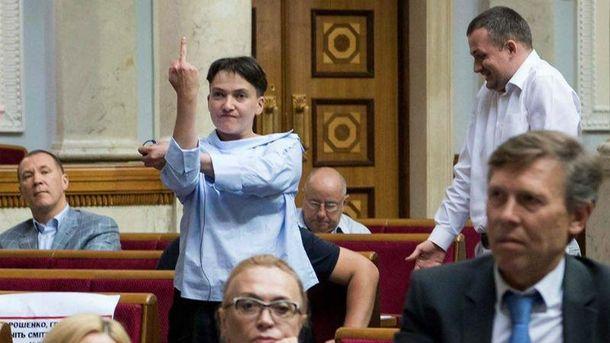 Савченко объяснила, кому показала неприличный жест