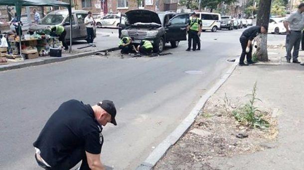Уцентрі Києва вибухнув позашляховик, постраждав водій